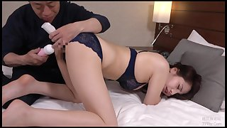 A Japanese slattern licks dick and gets it median vagina